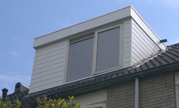 In een dag is het lood en de buitenbekleding vervangen, waardoor de dakkapel weer jaren meekan.